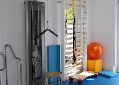 Trainingsraum mit Seilzug-Therapiegerät