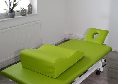 grüne Behandlungsliege mit Lymphkissen