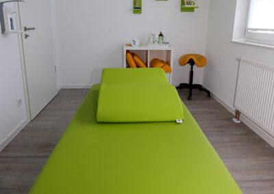 Behandlungsraum mit grüner Behandlungsliege