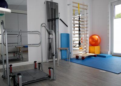 Tariningsraum mit Seilzug-Therapiegerät & Posturomed