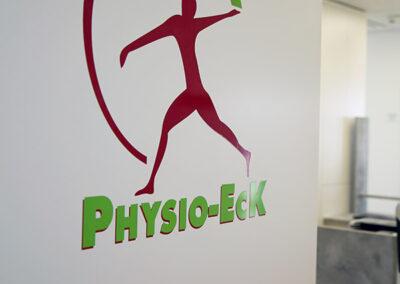 Physio-Eck Logo an Eingangstür